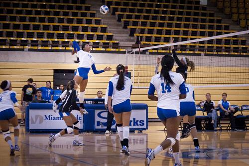 Miami Dade College playing against Broward College in volleyball