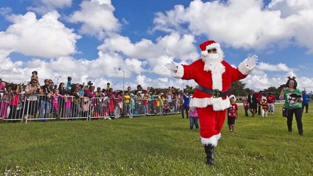 vue de la faaade ouest de. Wonderful Ouest Santa Claus Greets A Crowd Of Happy Children To Vue De La Faaade Ouest E